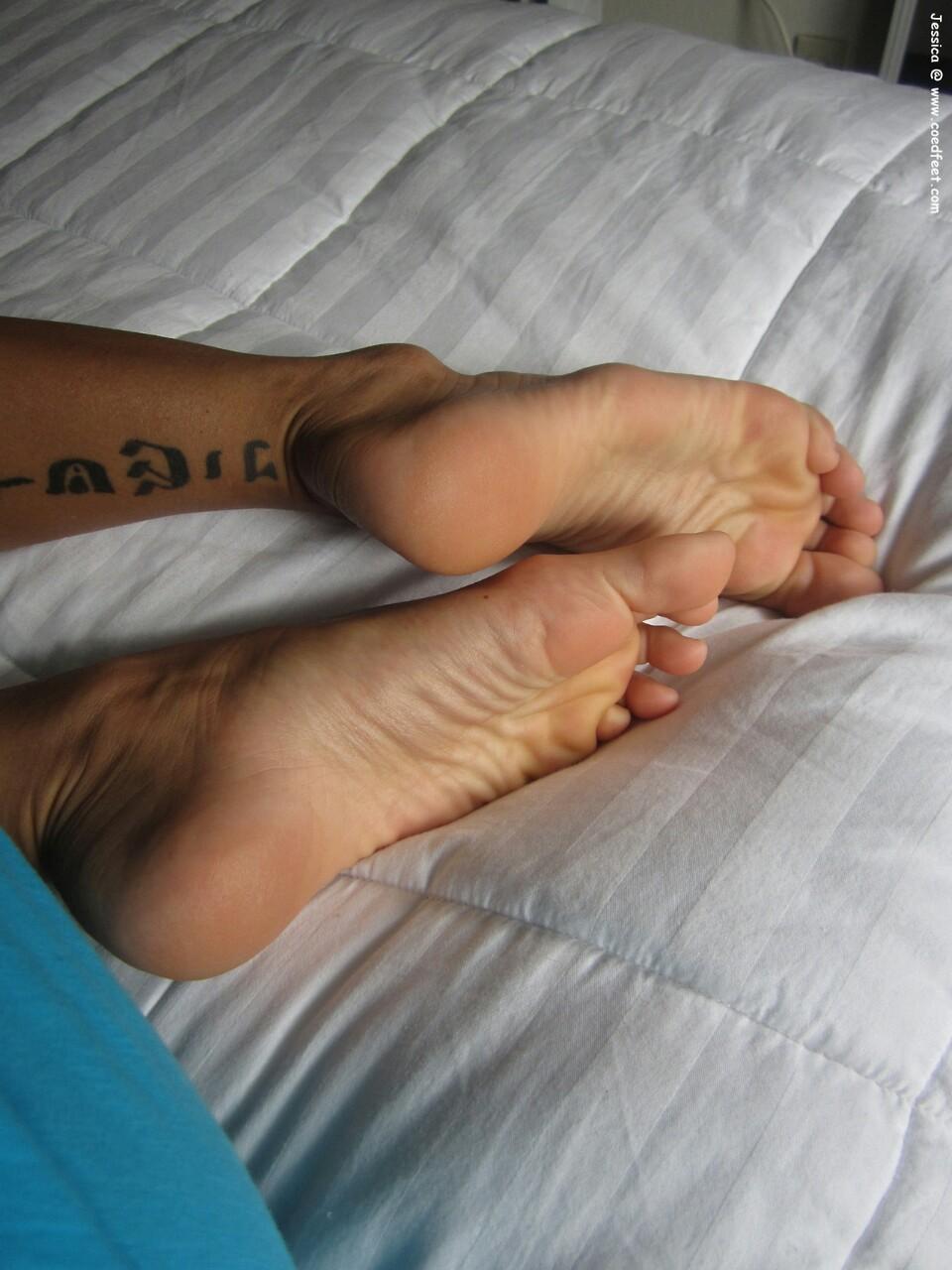 Fétichisme des pieds sexy avec du footjob en photos 05