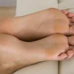 Fétichisme des pieds sexy avec du footjob en photos 16