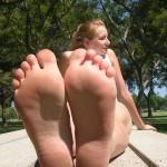 Fétichisme des pieds sexy avec du footjob en photos 23