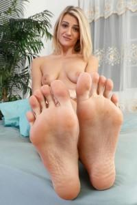 Masturbe-moi la queue avec tes jolies pieds sexy 07