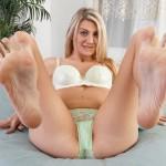 Masturbe-moi la queue avec tes jolies pieds sexy 09