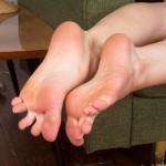 pieds sexy du web de femme en collants 46